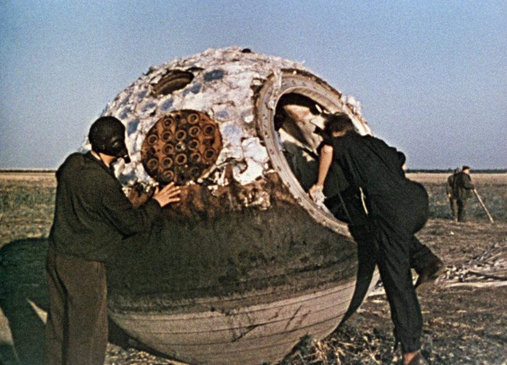 1963 Поисковая группа обнаружила приземлившийся спускаемый аппарат с Валентиной Терешковой.  ТАСС.jpg