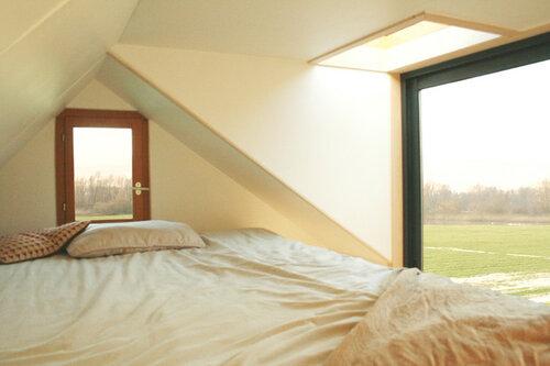 Небольшой дом с большими окнами