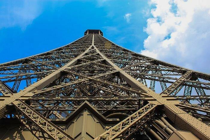 Эйфелева башня. Вид снизу   Фотографии достопримечательностей с необычного ракурса