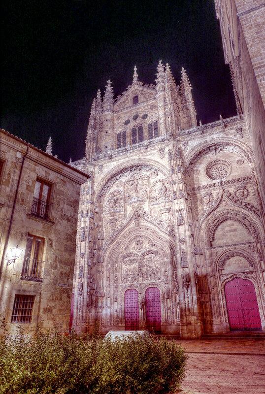 Ночная Саламанка. Кафедральный собор (Catedral Nueva de Salamanca), главный портал. HDR