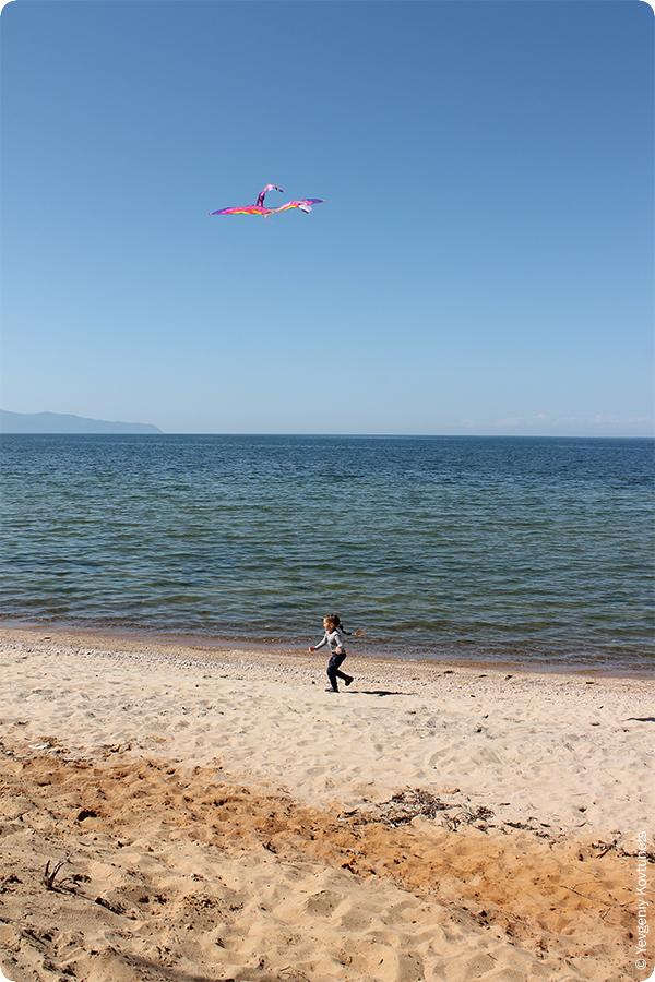 воздушный змей и граница разноцветных песков на пляже Усть-Баргузина, Байкал