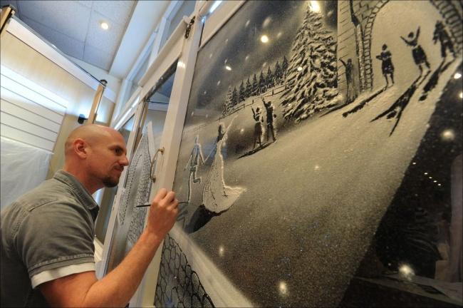 Художник создает рождественское чудо наокнах детской больницы