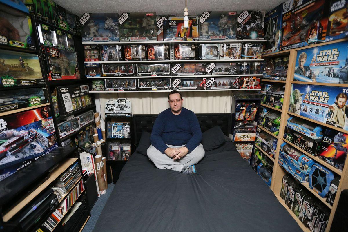 5. Водитель-дальнобойщик Ричард Митчелл, 46 лет, в своей спальне, где частично хранится его коллекци