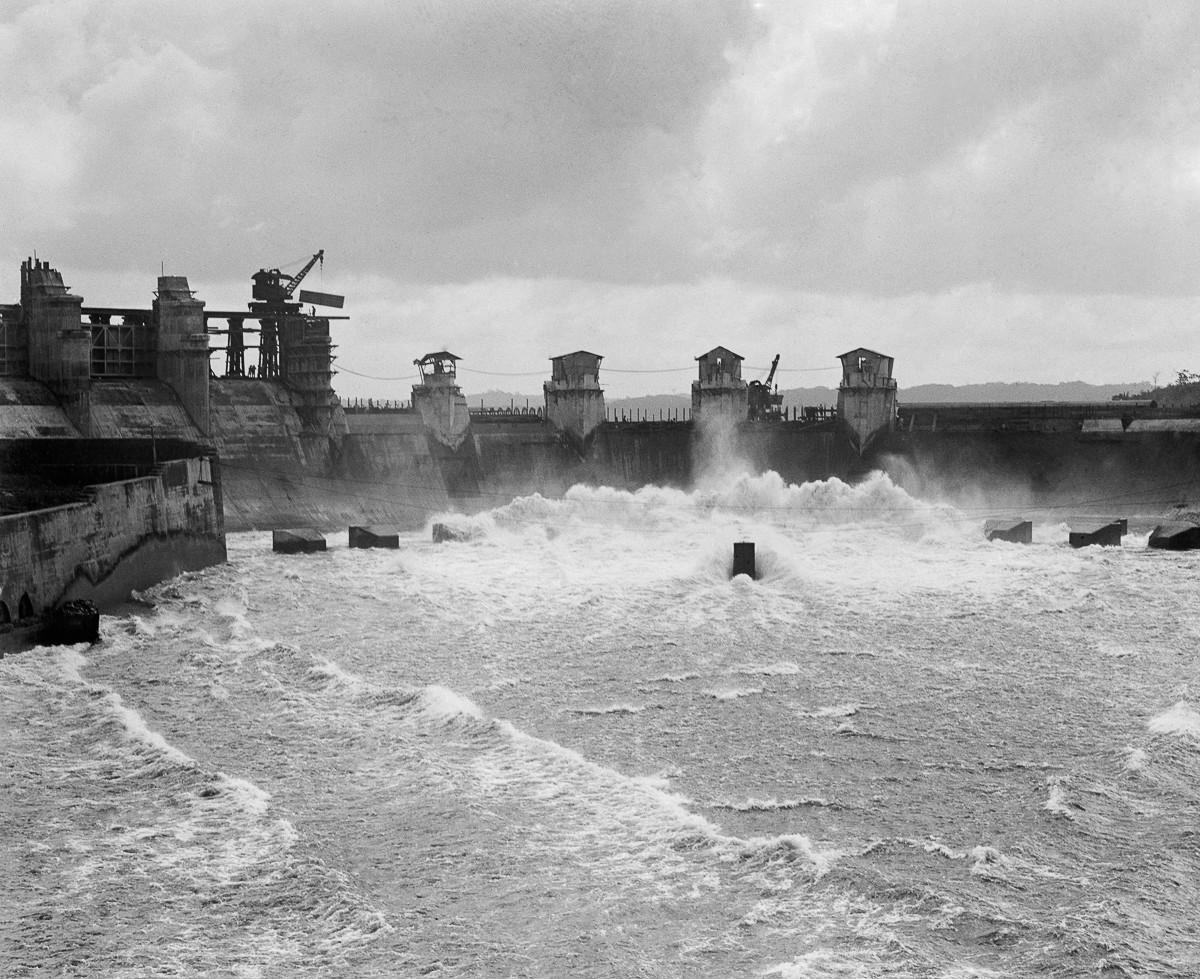 И 10 декабря 1913 года Панамский канал был сдан. 7 января 1914 года, французский корабль-кран Alexan