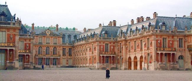 Замок Версаль вПариже. Если вам кажется, что здание свами кокетничает, капризно поджимает губки и