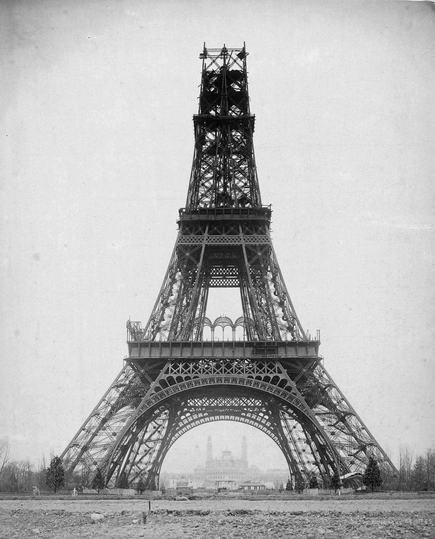 1889 год. Гюстав Эйфель, слева, обследует башню с другом.