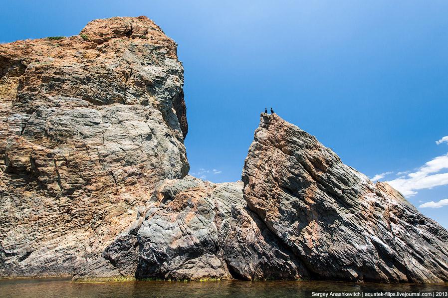14. Встречаются глыбовые потоки, распавшиеся на отдельные части при застывании движущейся лавы.