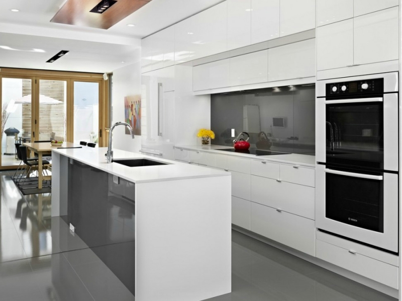 Дизайн кухни в светлых оттенках фото 21
