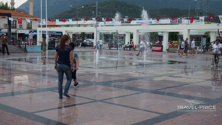 фонтан на площади в Кемере