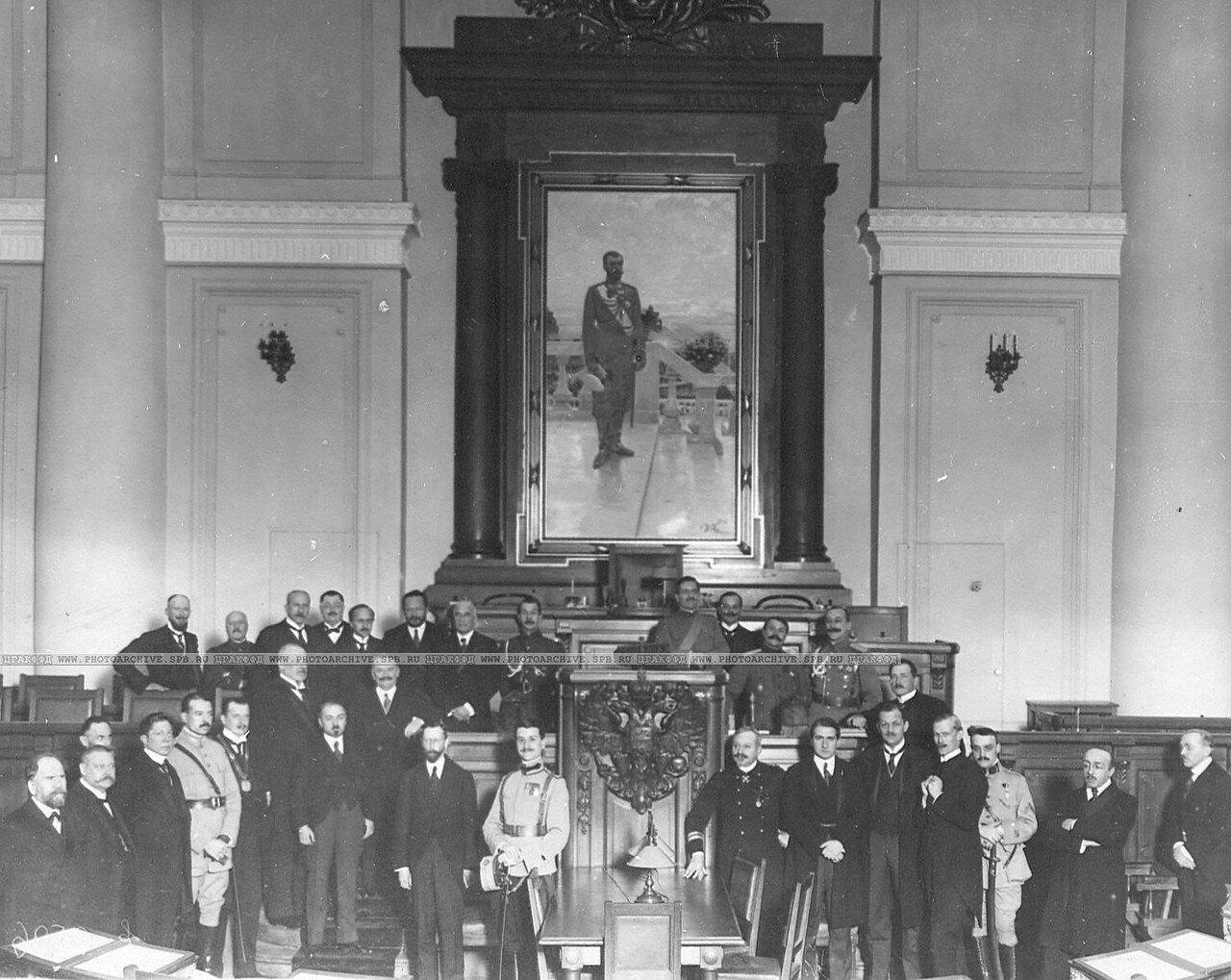 Группа иностранных офицеров с депутатами Четвертой Государственной думы в зале заседаний Таврического дворца, февраль 1917г