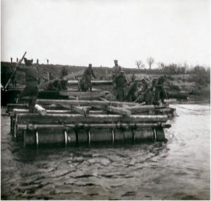 13. 1914. Наведение саперами полка понтонного моста через реку Сан у города Ниско. Галиция