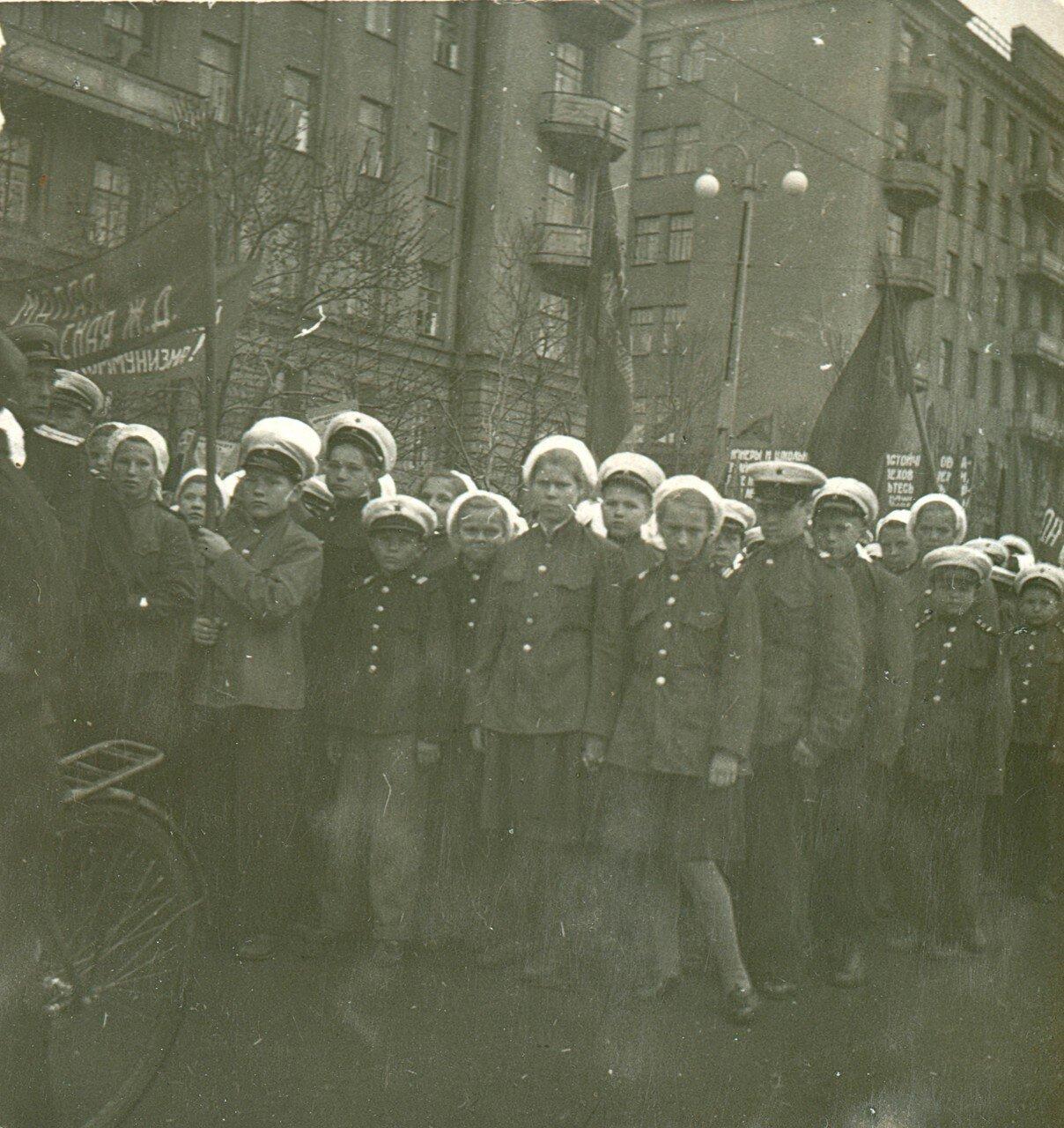 Воспитанники Малой ЮУЖД на первомайской демонстрации
