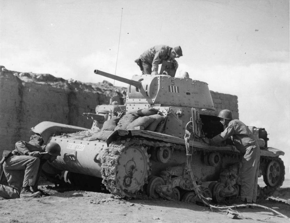 Американские солдаты осматривают брошенный итальянский танк Carro Armato M13/40. Туниc, 1943 г.