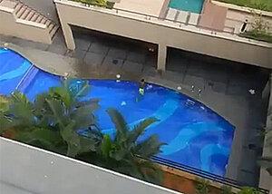Парень прыгнул с высоты пятиэтажки прямо в бассейн