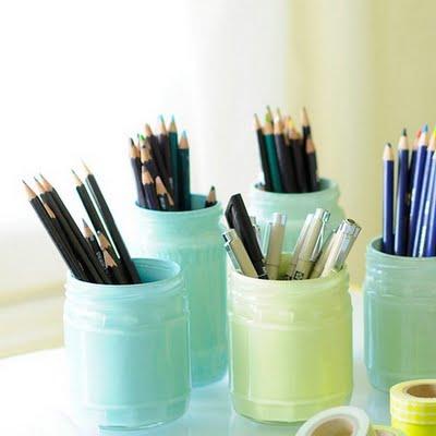 бирюзовый, салатовый, карандаши в декоративных банках нежных цветов моря