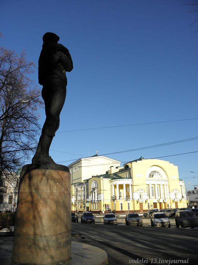 Памятник Ф. Волкову и театр его имени.JPG