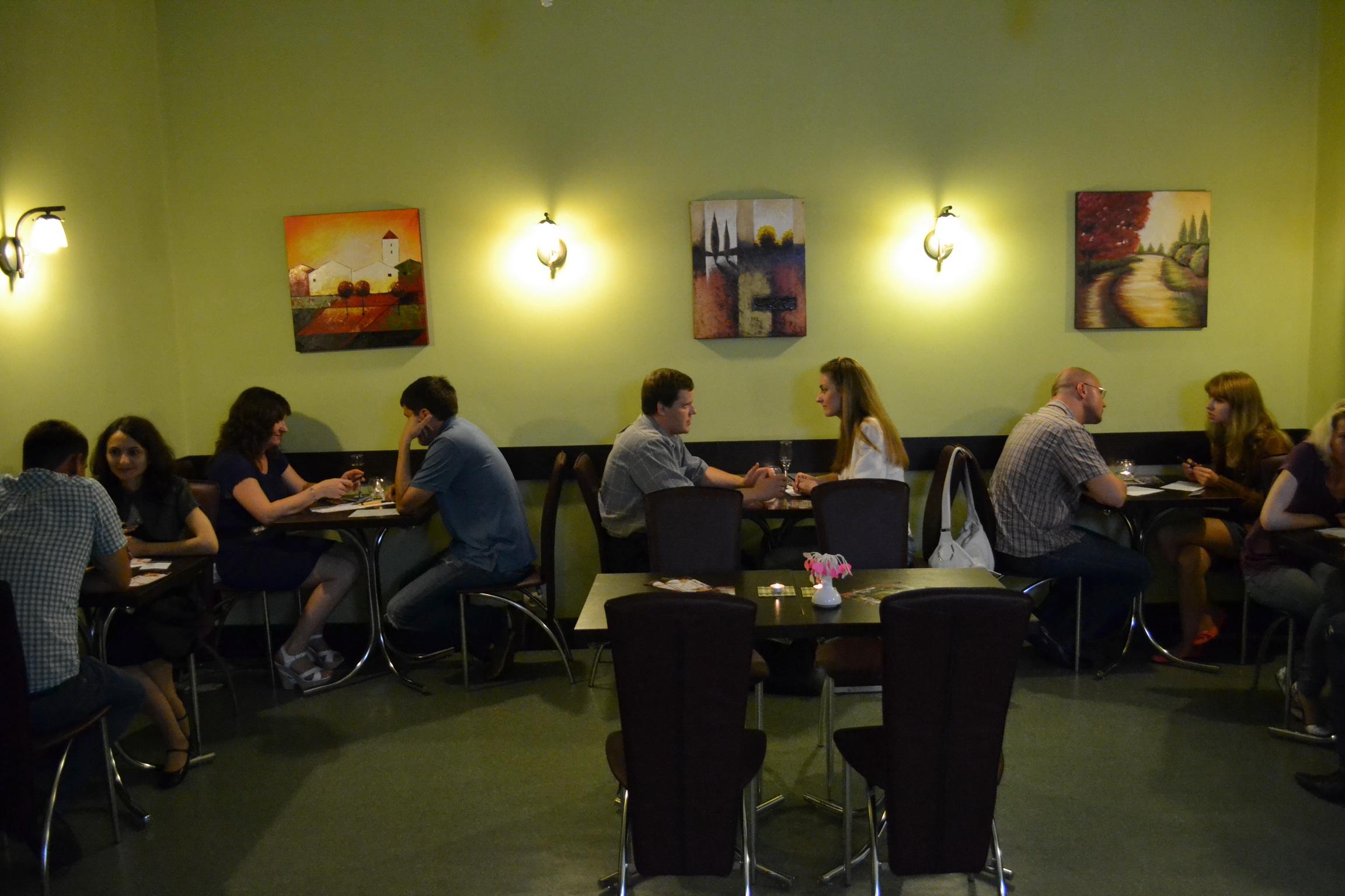 клуб знакомств пары сидят за столиками