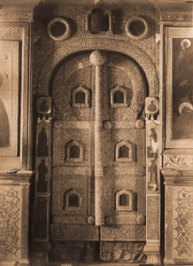 Вид на царские деревянные резные врата в приделе церкви Ильи Пророка. Ярославль г.
