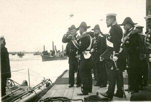 Император Николай II принимает доклад командира подводной лодки