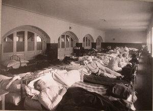 Раненые в палате распределительного госпиталя,устроенного в Покровской богадельне.