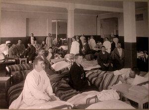 Раненые и медицинский персонал в палате лазарета,устроенного в Ермаковском ночлежном доме.
