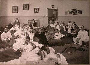 Раненые в палате лазарета,устроенного в помещении Лепешкинского студенческого общежития.