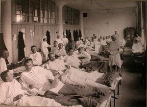 Медицинский персонал и раненые в палате лазарета Городского кредитного общества.