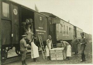 Разгрузка вагонов подвижного  отделения полевого склада Красного Креста