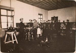 Офицеры и солдаты в моторной мастерской авиароты.
