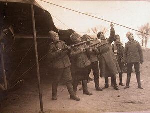 Группа солдат и офицеров отряда во время учебной стрельбы по аэропланам противника.