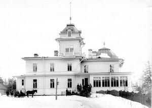 Группа пограничников и и х гостей у главного здания имения Мерихови Б.Н. Ридингера, зятя художника И.И. Шишкина (построено кон. 1880-х - нач. 1890-х г.г.).