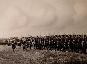 Генерал-адъютант генерал от кавалерии граф фон-Ведель приветствует офицеров и солдат полка перед началом парада.