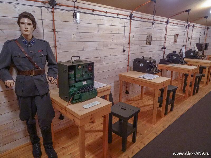 Кроме мебели и аппаратуры в комнатах расставлены куклы, одетые в военную форму тех лет.
