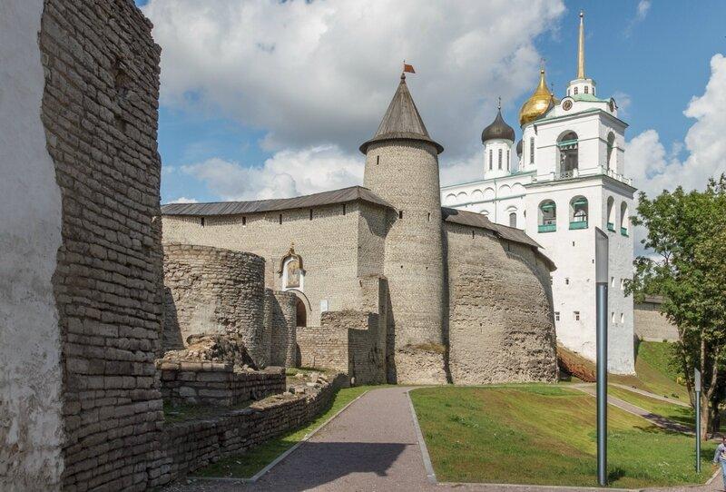 Довмонтов город, стены Крома и Троицкий собор, Псков
