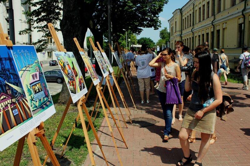 Посетители выставки карикатур