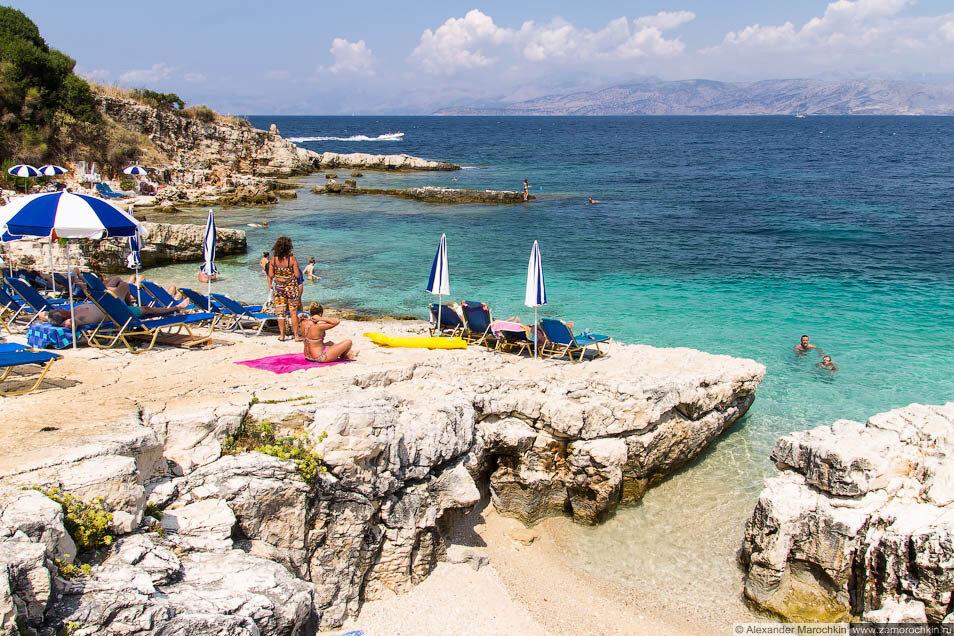 Отдыхающие на скалах в Кассиопи, Корфу