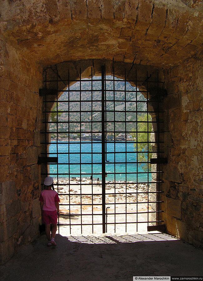 Зарешеченный проход на острове Спиналонга, Греция