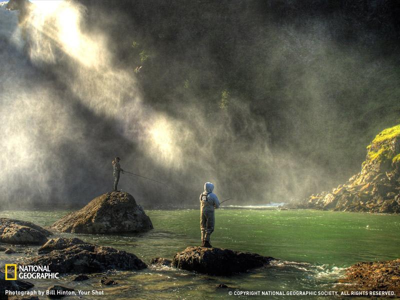 Туманное утро на водопаде в штате Вашингтон