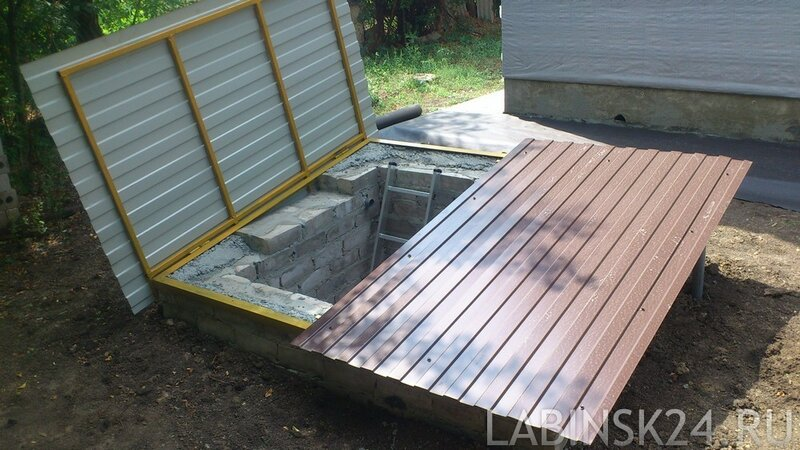 Крышка для ямы с насосной станцией обложенной силикатным кирпичом