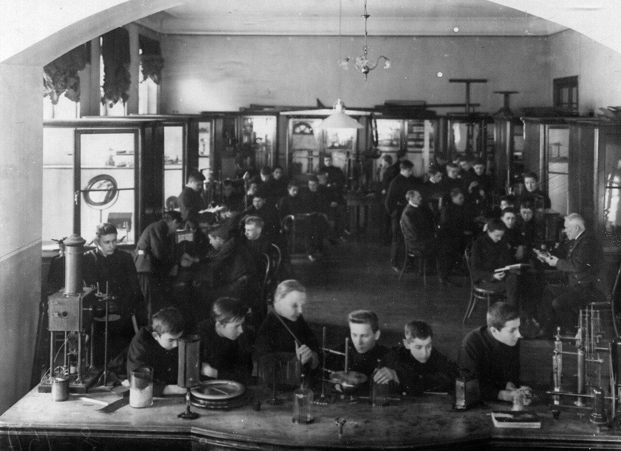16. Группа учеников училища на уроке в физическом кабинете