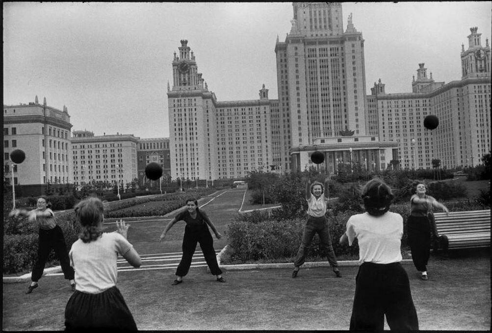 1954. Москва. Занятия по физкультуре в сквере МГУ