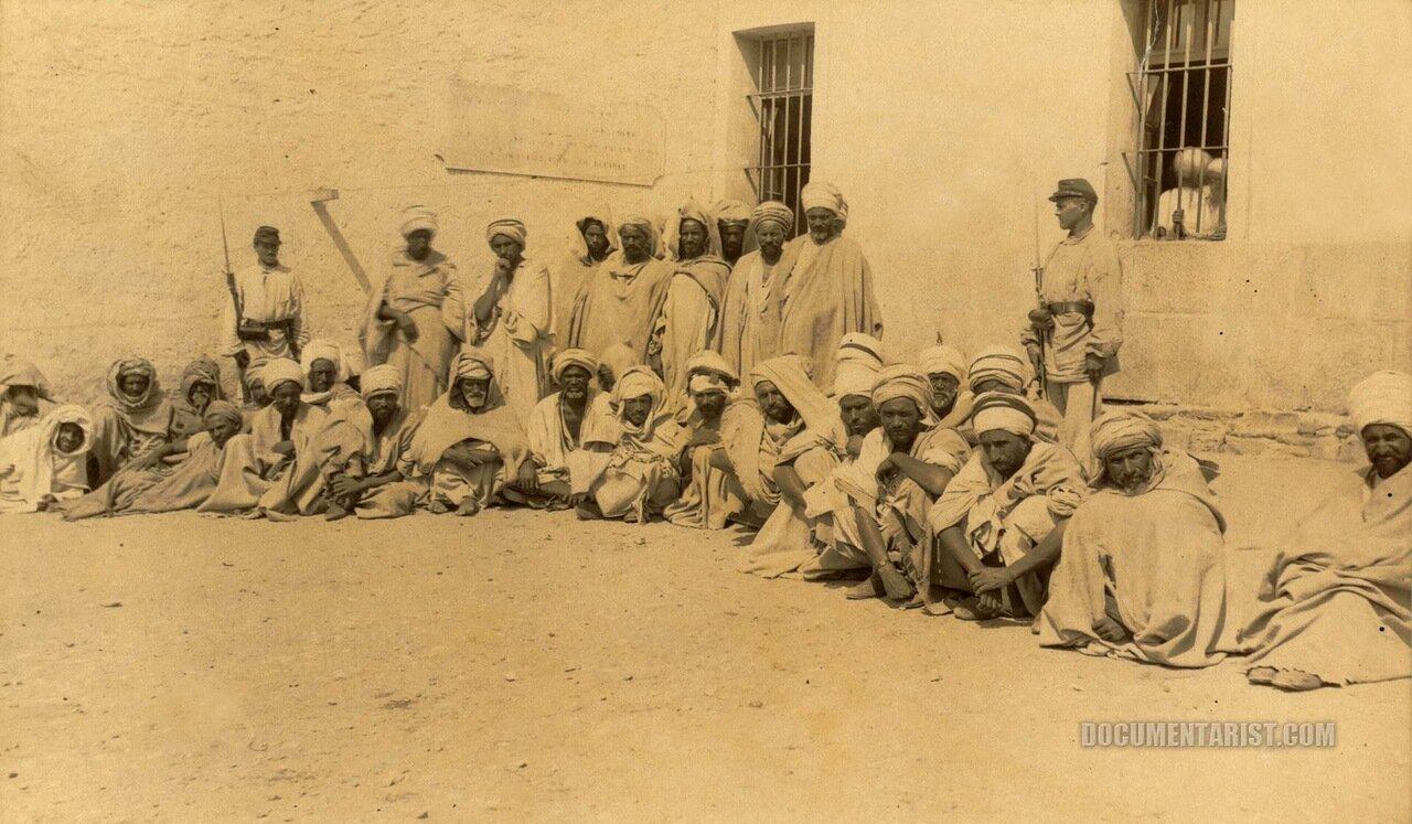1880. Группа заключенных (возможно, берберы) с охраной во дворе. Аннаба