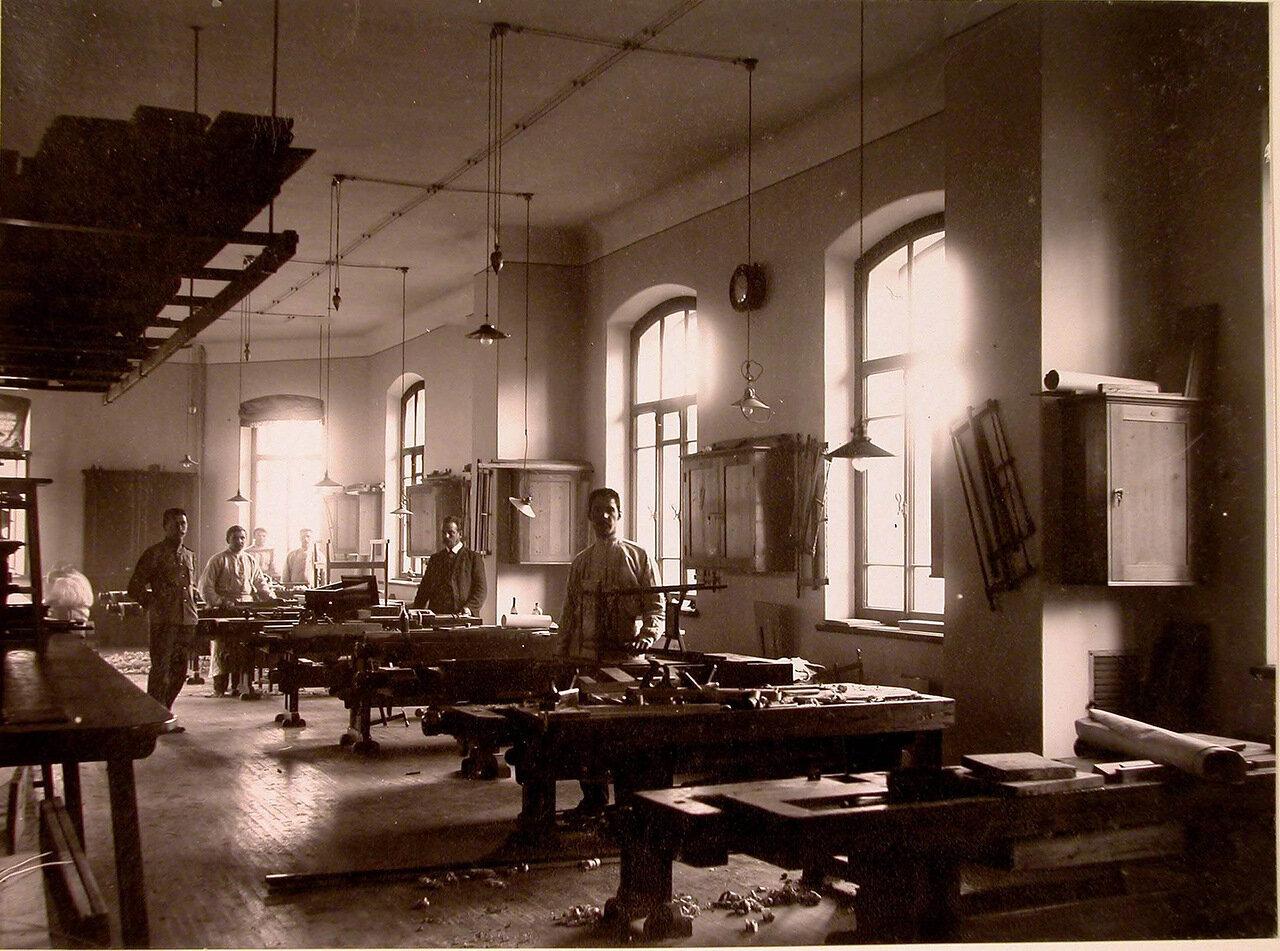 15. Группа призреваемых в столярной мастерской