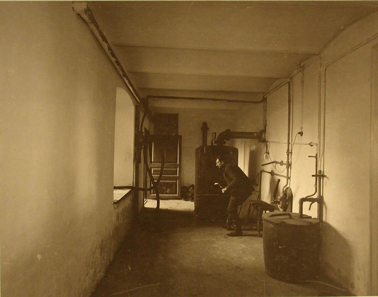 11. Внутренний вид котельной с аппаратом парового отопления лазарета