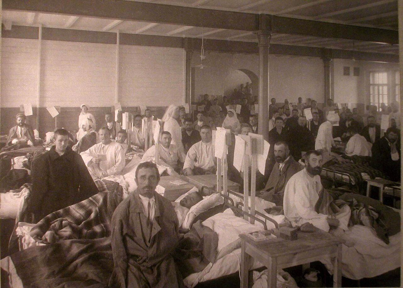 09. Медицинский персонал и раненые в палате лазарета,устроенного в Брестском ночлежном доме