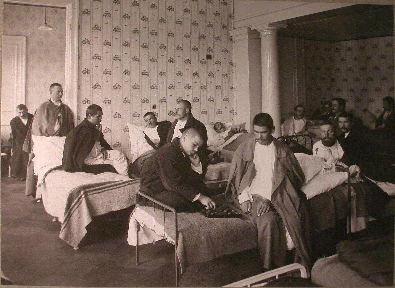 19. Раненые в палате лазарета, устроенного в помещении женской гимназии Алферовой