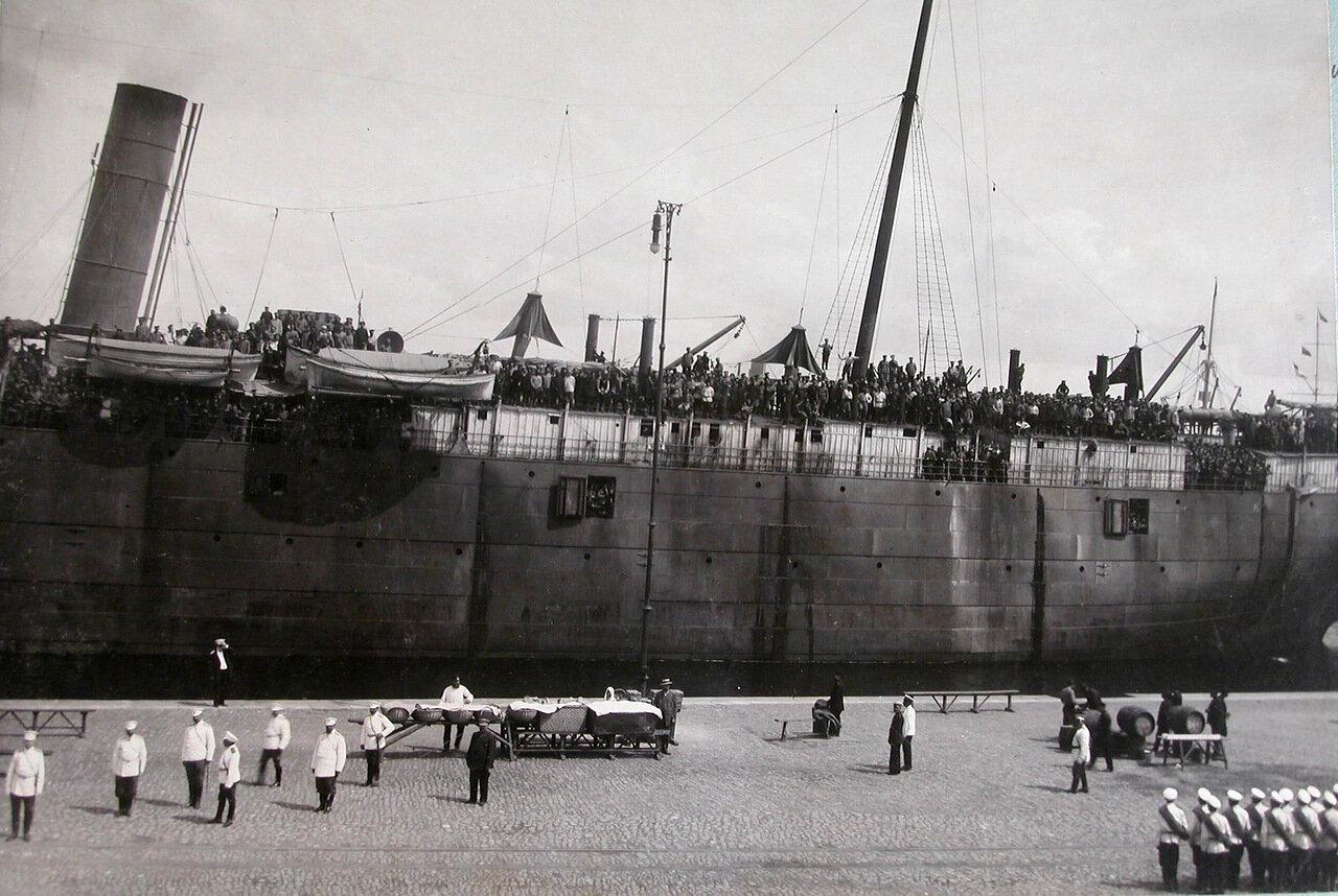 10. Военные чины, встречающие эвакуируемых с Дальнего Востока, на пристани в порту