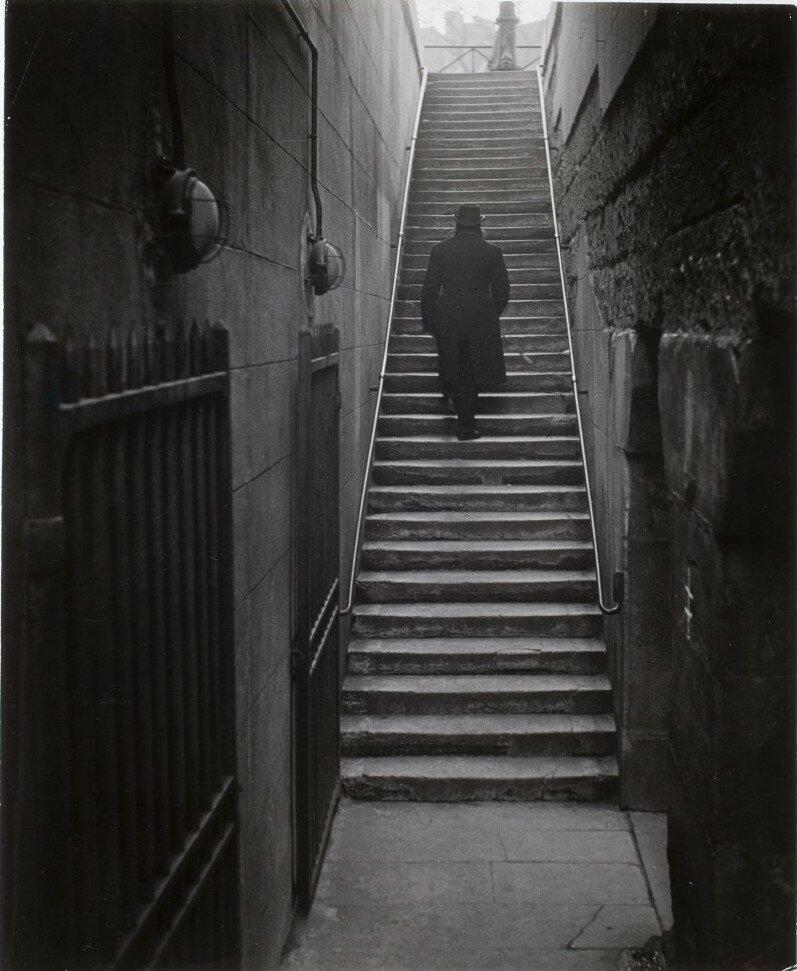 1949. Арман Февр, человек из прошлого на лестнице, ведущей к Новому мосту