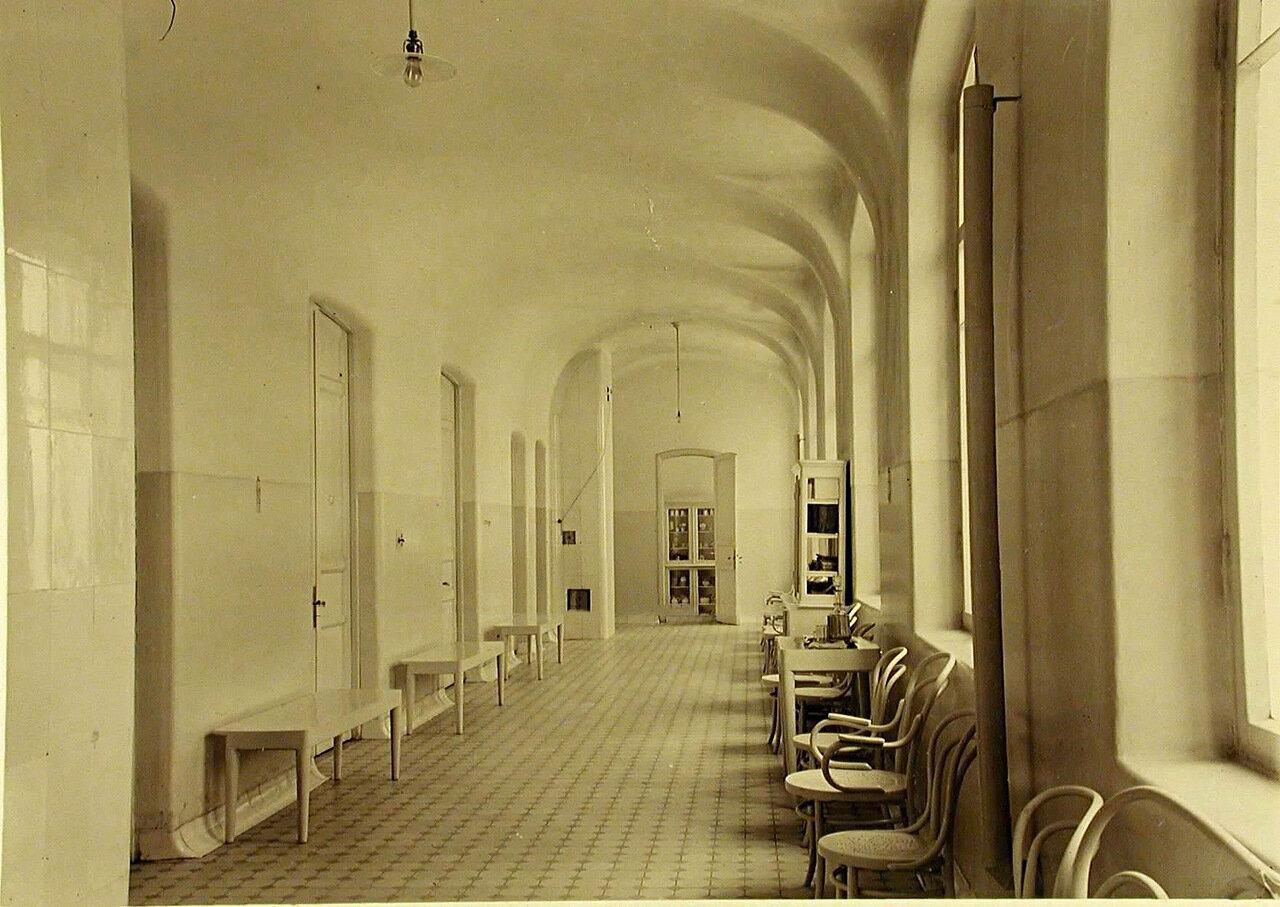 19. Коридор верхнего этажа больницы общины