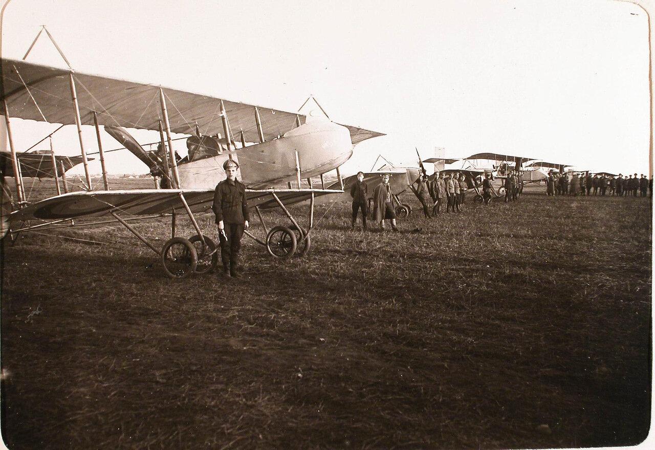 15. Летчики роты у летательных аппаратов перед вылетом. Псков